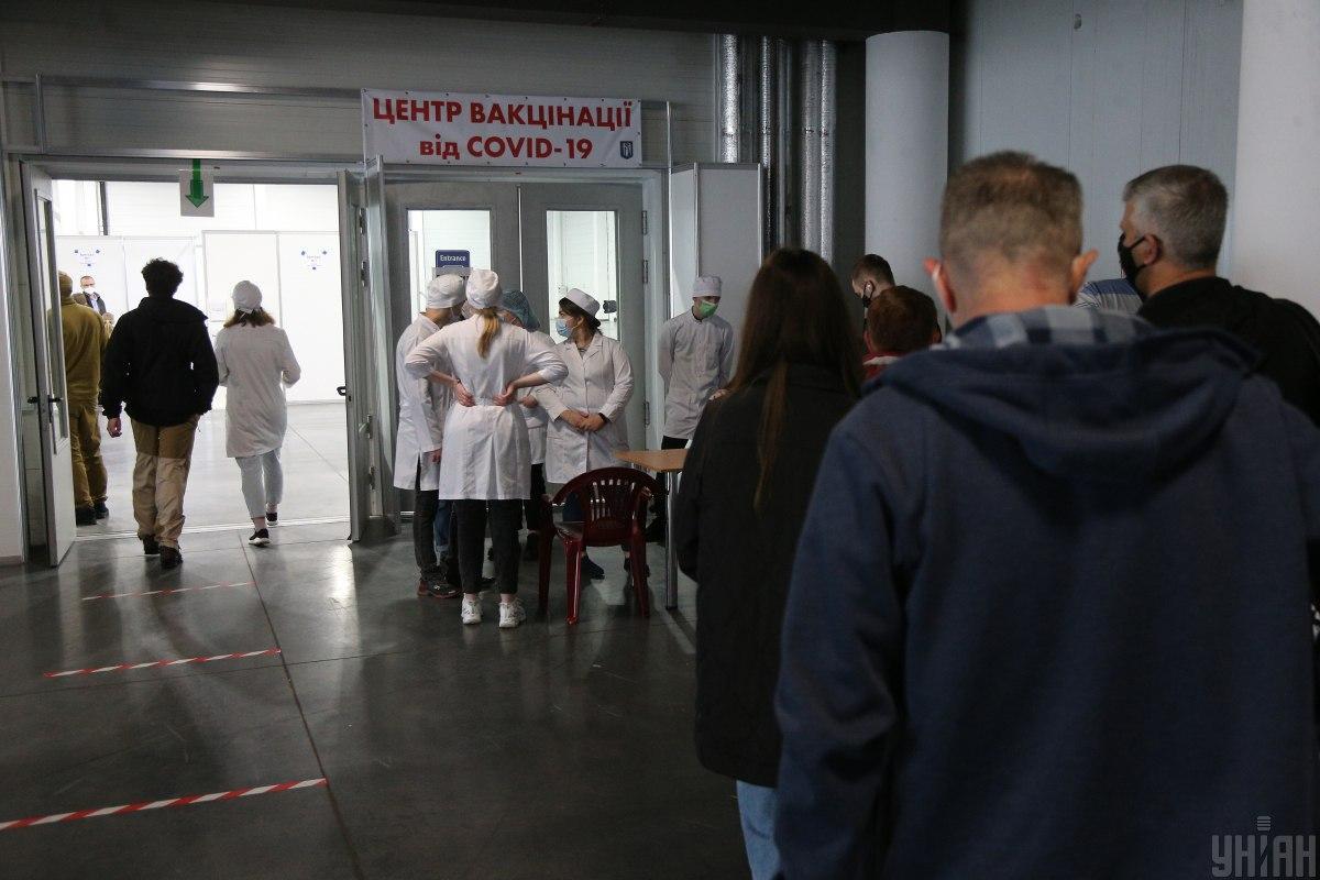 Киевлян массово вакцинируют от коронавируса / фото УНИАН