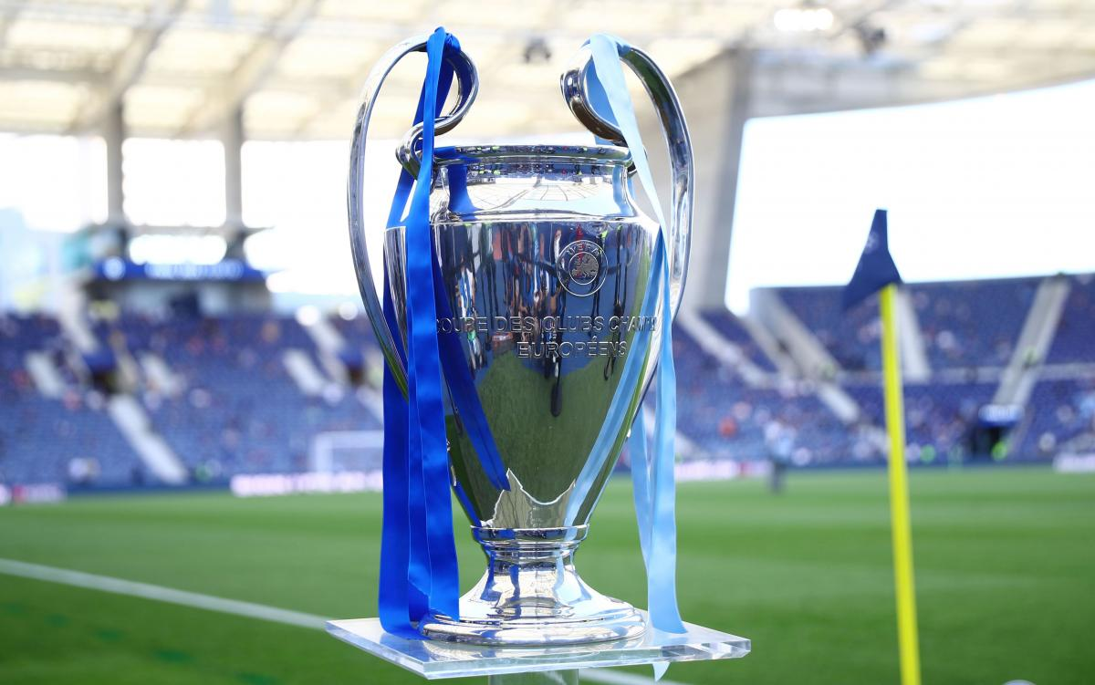 Трофей Лиги чемпионов на стадионе в Порту / фото REUTERS
