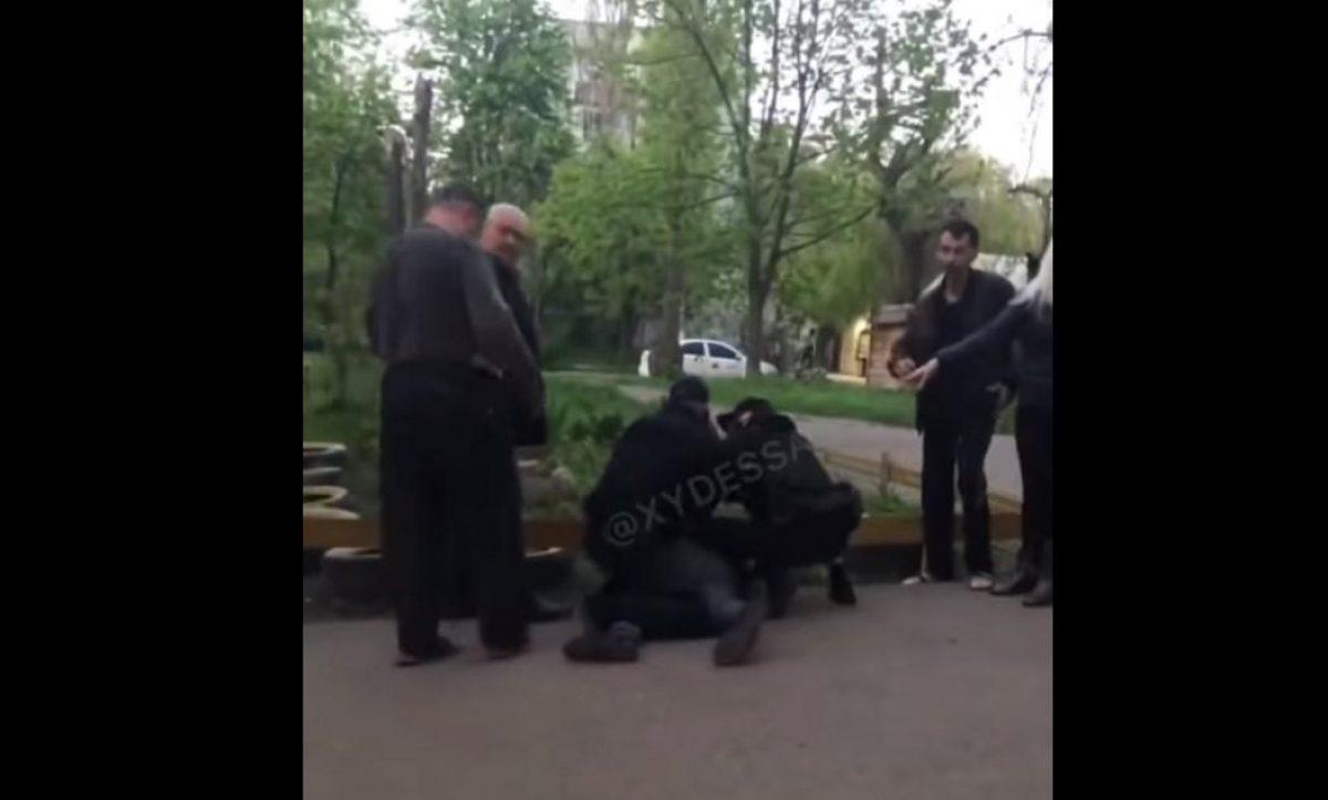 В Одессе мужчины напали на детской площадке на ребенка