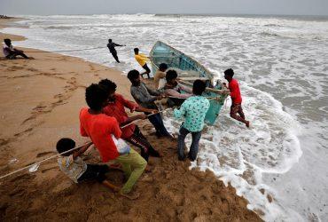 Півсотні зруйнованих селищ: Індію накрив потужний циклон (фоторепортаж, відео)