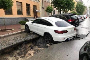 У центрі Києва іномарка пішла під землю після потужної зливи (фото, відео)