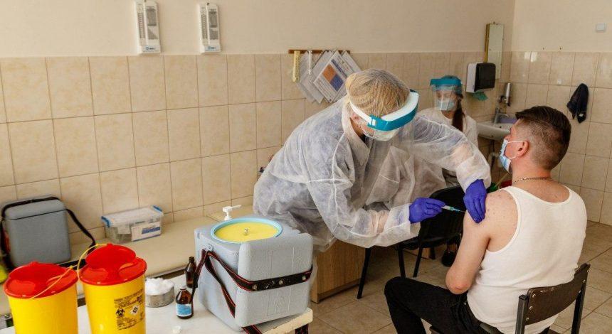 В пятницу в Украине от коронавируса вакцинировали еще более 23 тысяч граждан