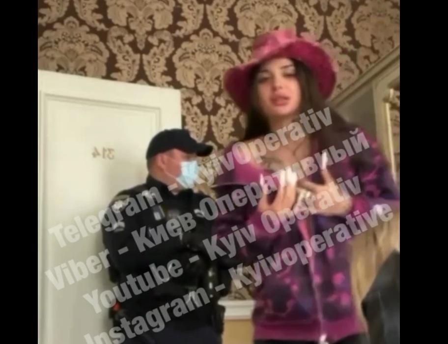 Киевская блогерша угодила в скандал с полицией/ Скриншот с видео