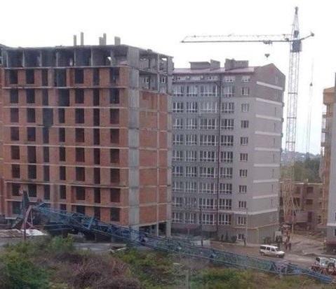 Падіння баштового крану сталося на будівництві багатопоперхівки / фото ГУНП в Чернівецькій області