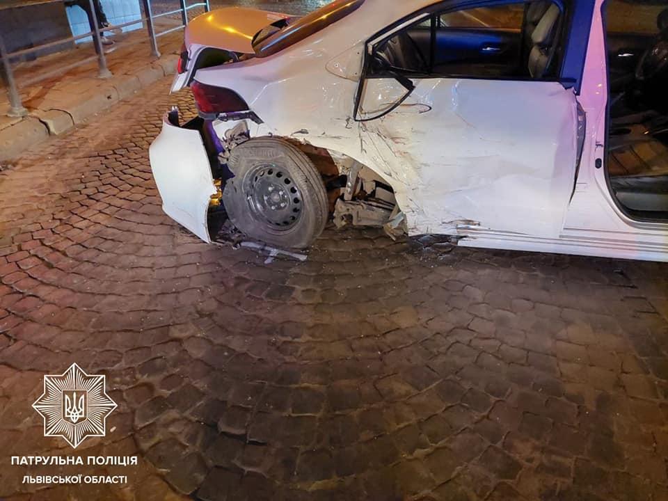 Автомобиль, в который врезался пьяный водитель, сильно поврежден / фото патрульная полиция Львовской области