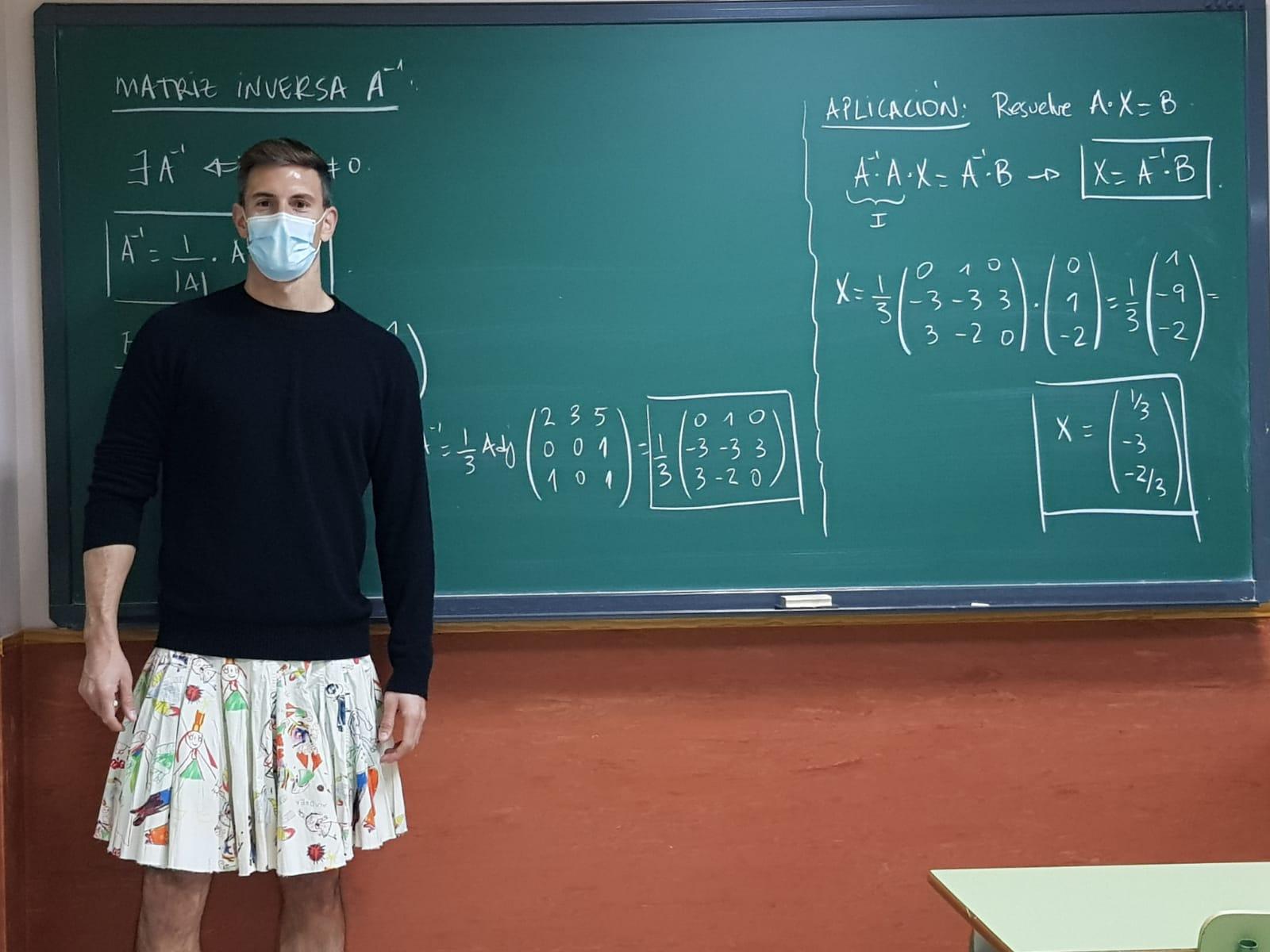 Учитель математики Хосе Пиньяс надел юбку на работу / фото twitter.com/joxepinas