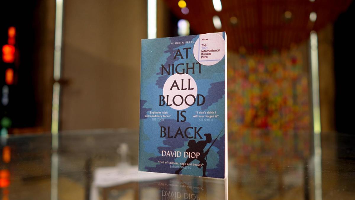 """Роман Дэвида Диопа """"Ночью вся кровь черная"""" / фото thebookerprizes.com"""