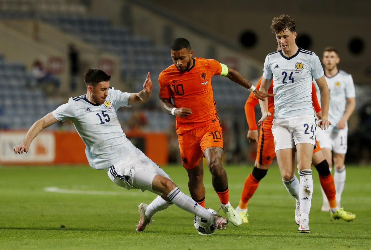 Мемфис Депай в матче против Шотландии / фото REUTERS