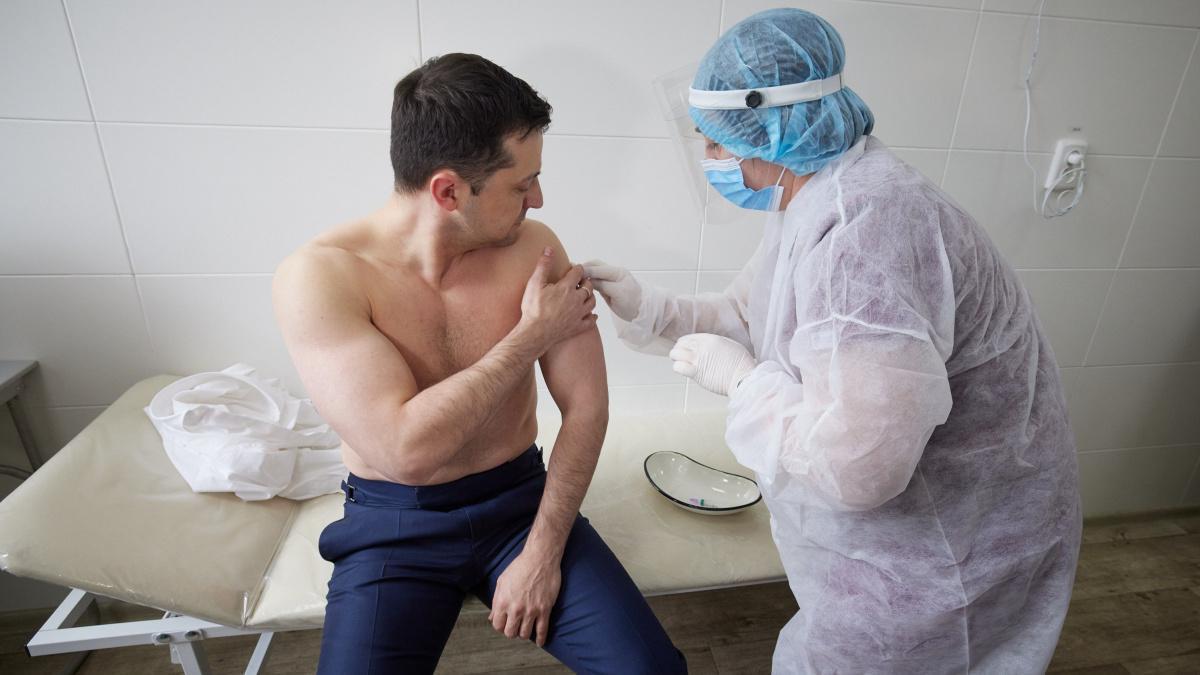 Владимир Зеленский во время первой вакцинации / фото Twitter