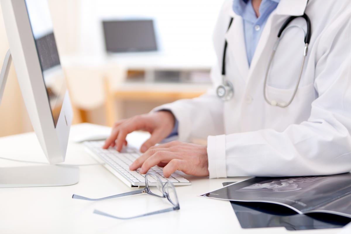 До августа врачи могут выдавать как электронные, так и бумажные больничные / фото ua.depositphotos.com
