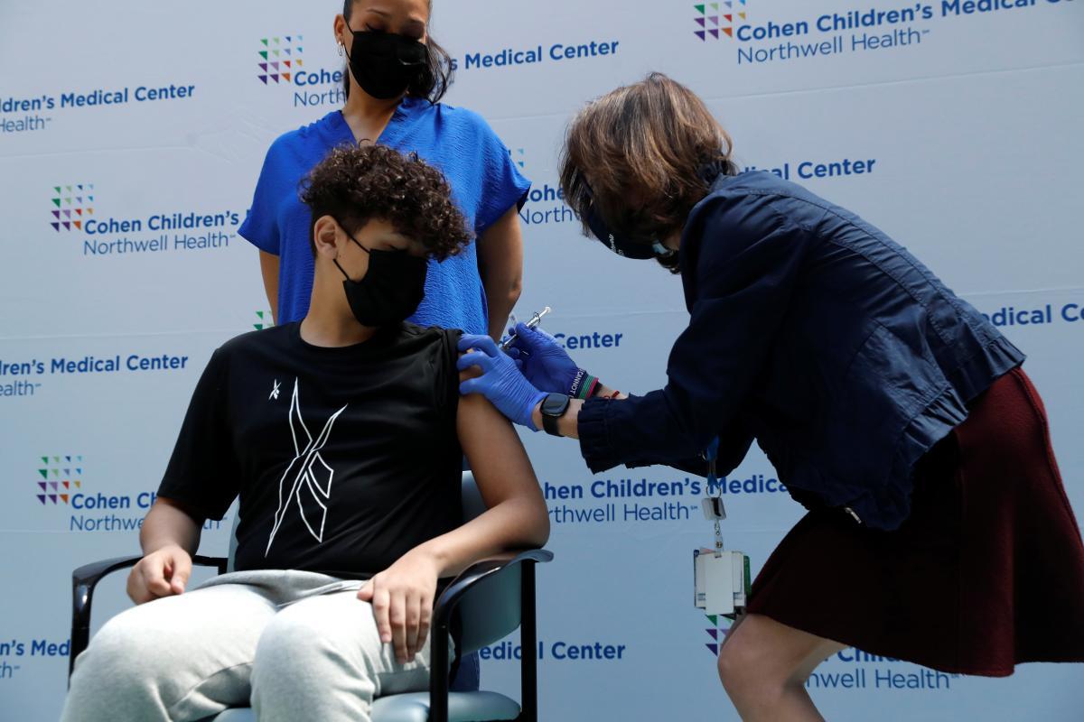Британия начинает вакцинацию подростков против COVID-19: будут прививать клинически уязвимых детей / фото REUTERS