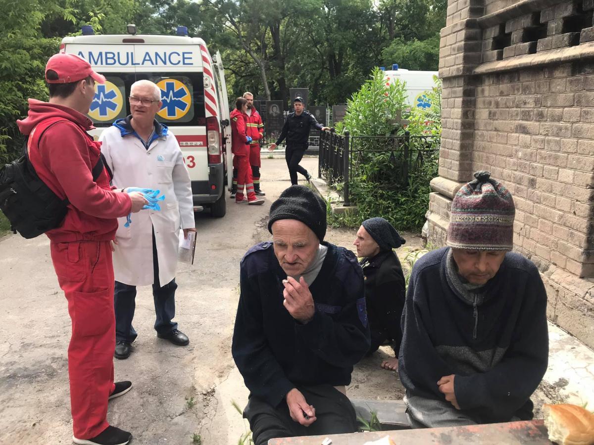 Трьох чоловіків з інвалідністю знайшли на кладовищі в Одесі / фото facebook.com/backumenty