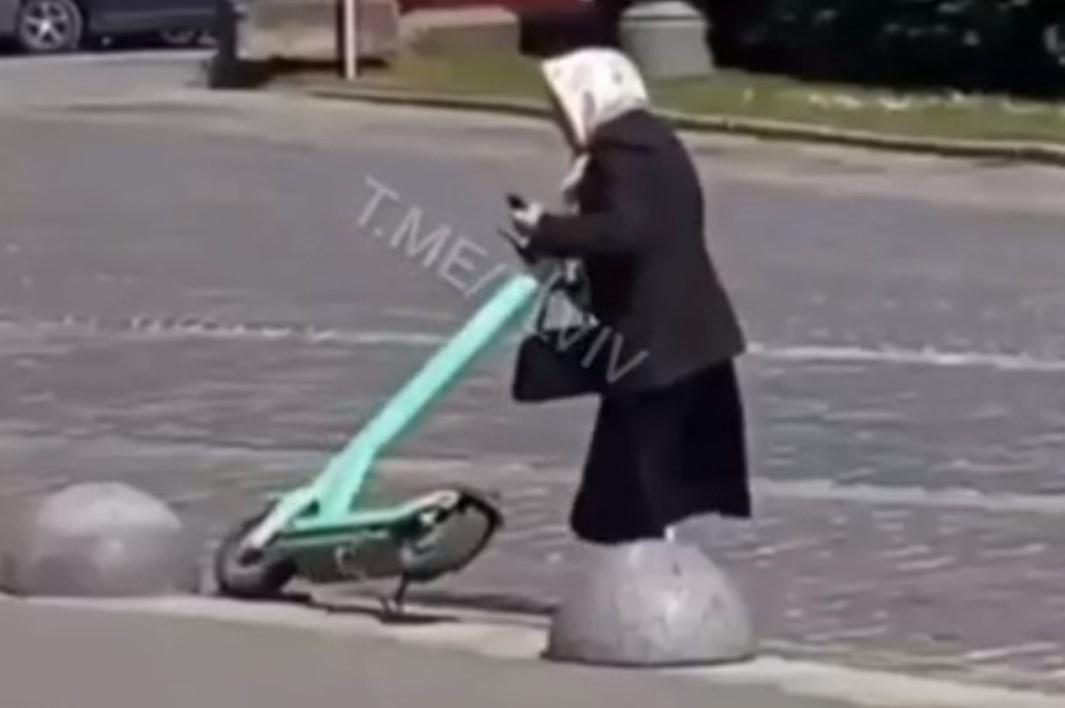 """Бабуся """"перемогла""""три електросамокати / скріншот з відео"""