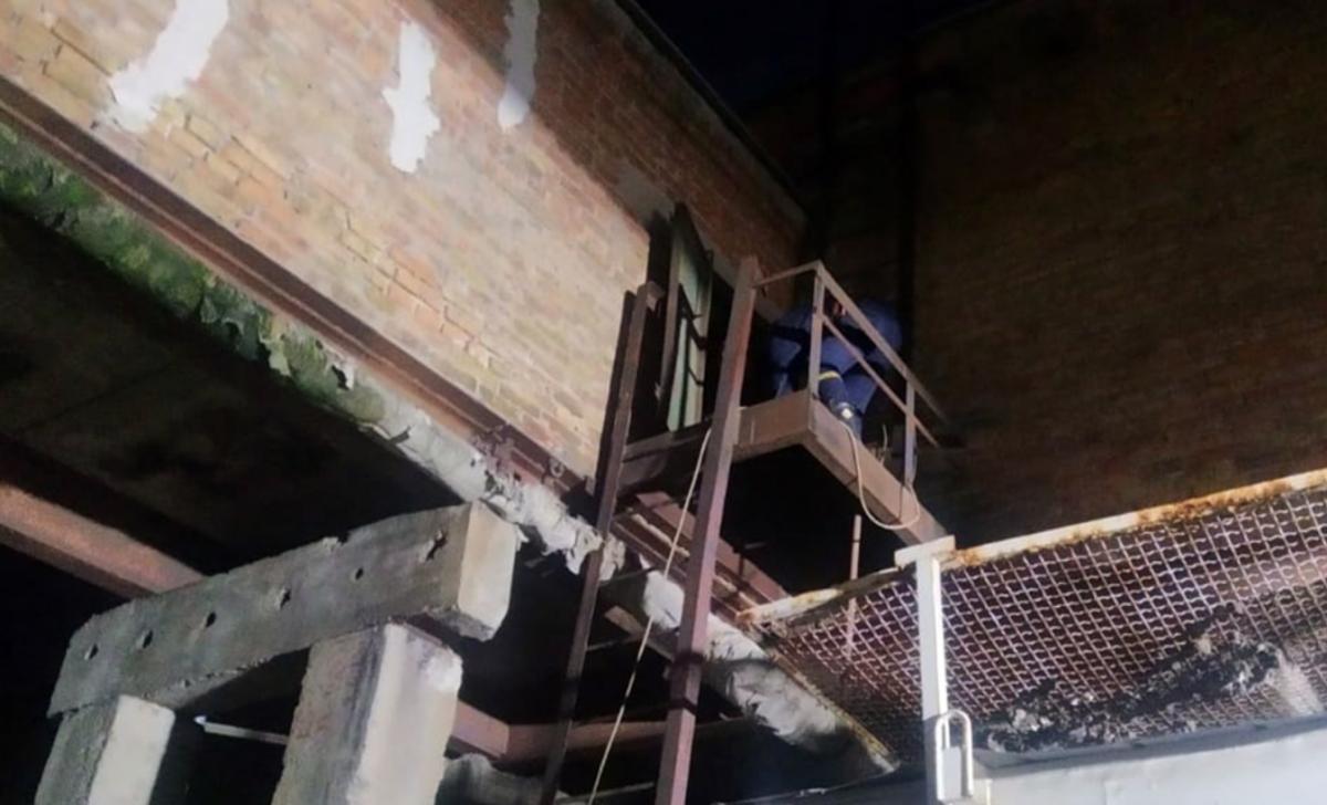 В Днепре мужчина застрял в трубе котельной / фото dp.dsns.gov.ua