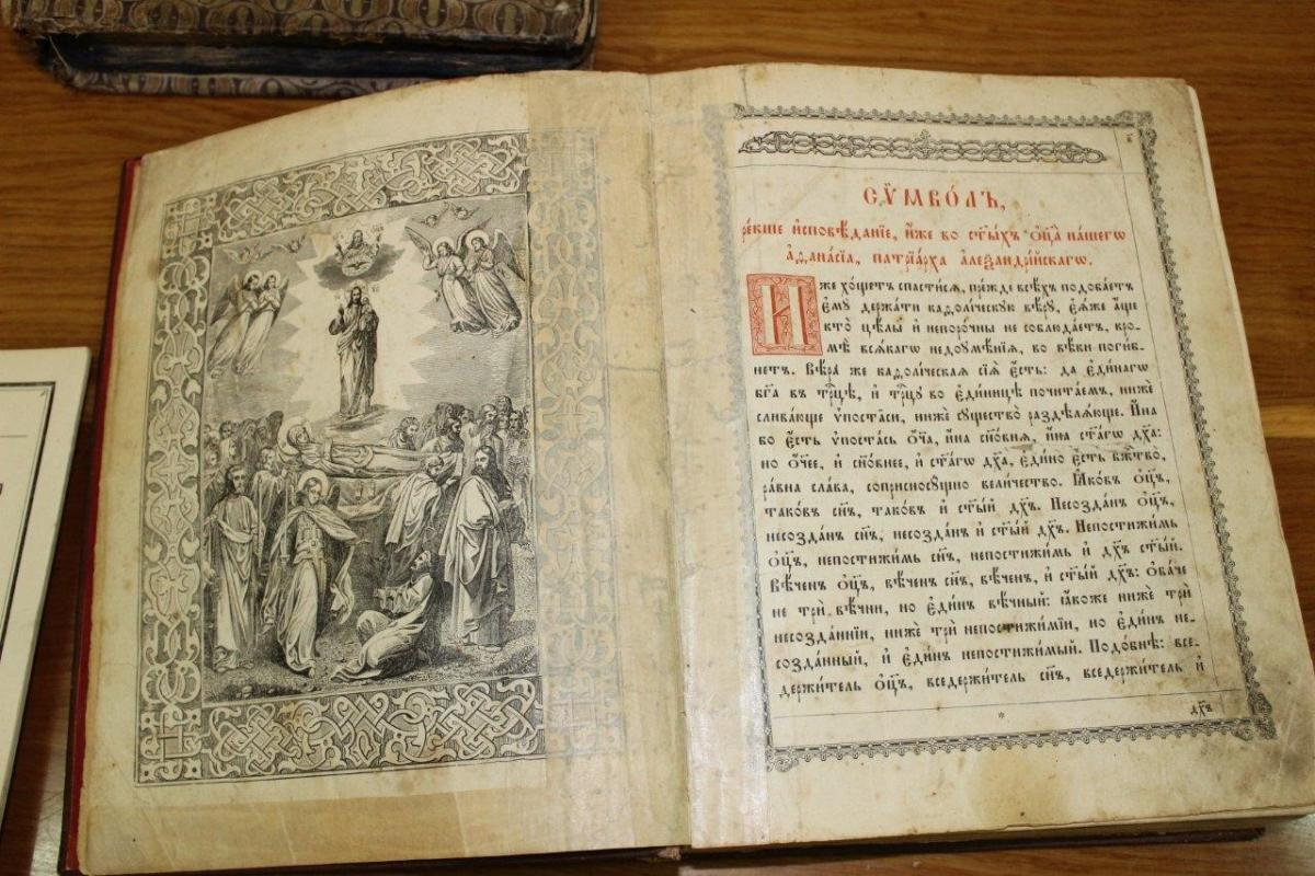 Ukraine border guards catch Slovak red-handed amid attempt to smuggle 13 ancient books / Photo from dpsu.gov.ua