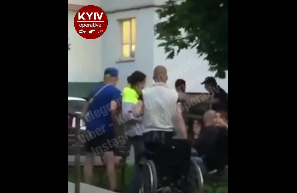 Под Киевом колясочник встал ради потасовки/ Скриншот с видео