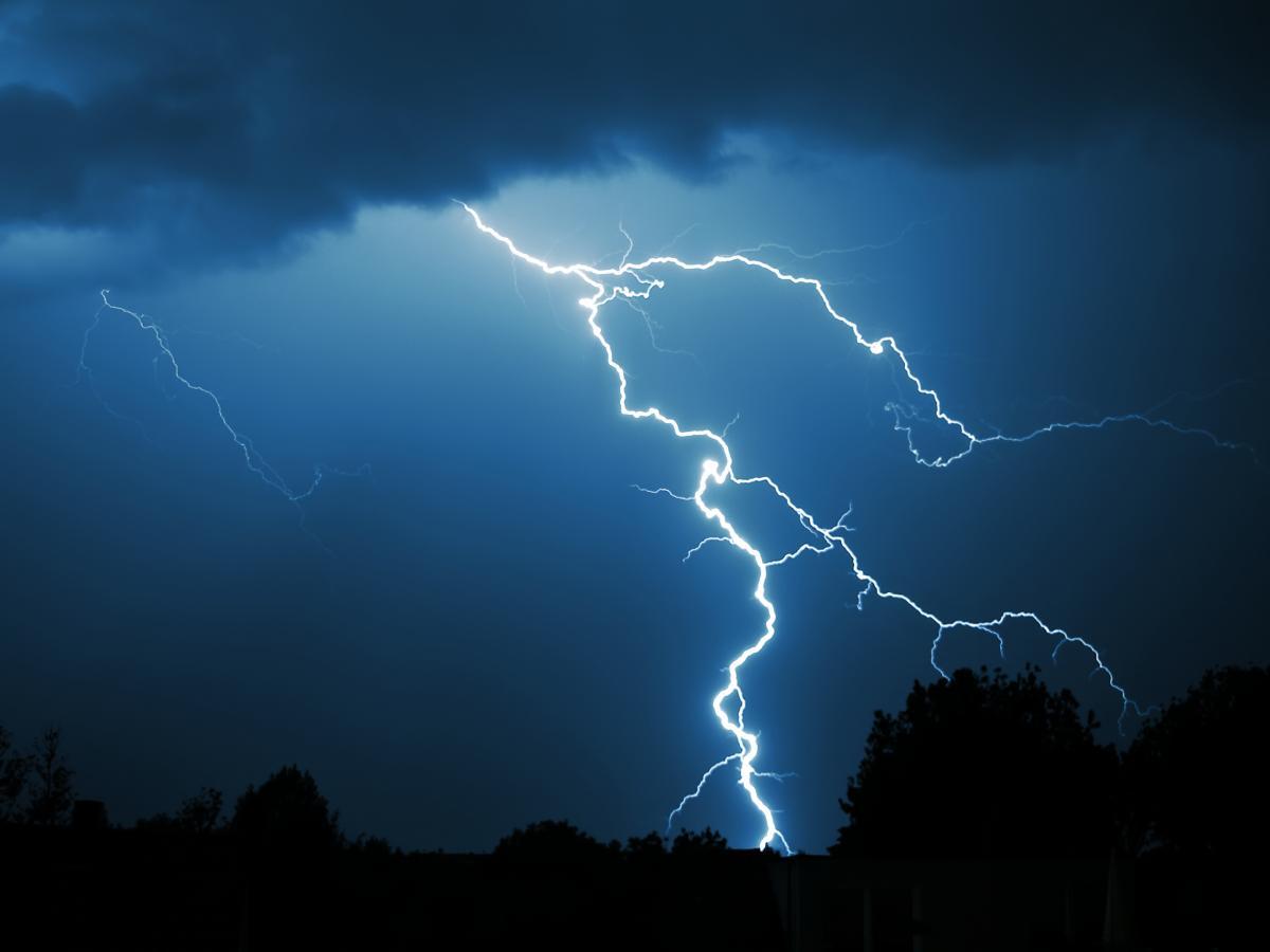 Молния отправила в реанимацию подростка - пострадавшая девочка разговаривала дома по телефону / фото ua.depositphotos.com