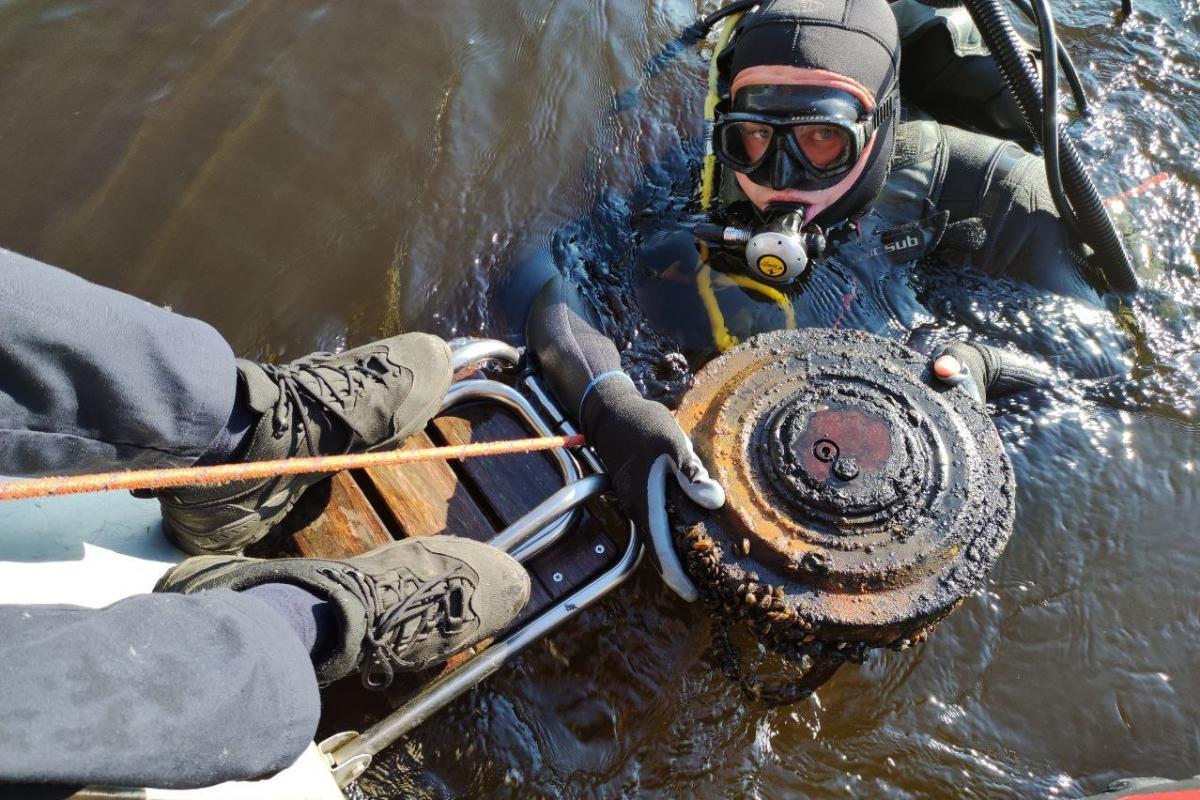 Мину нашли акватории Днепра под венецианским мостом / фото dsns.gov.ua