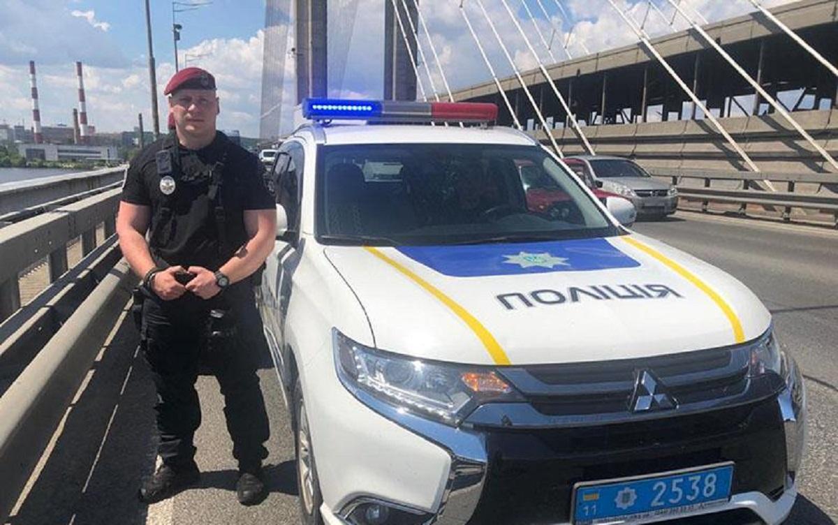 На Південному мосту в Києві двоє чоловіків хотіли накласти на себе руки / фото Національної поліції