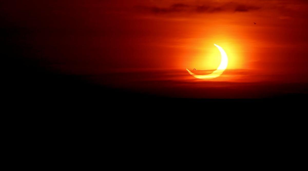 Затмениеполучило название «огненное кольцо»/ фото REUTERS