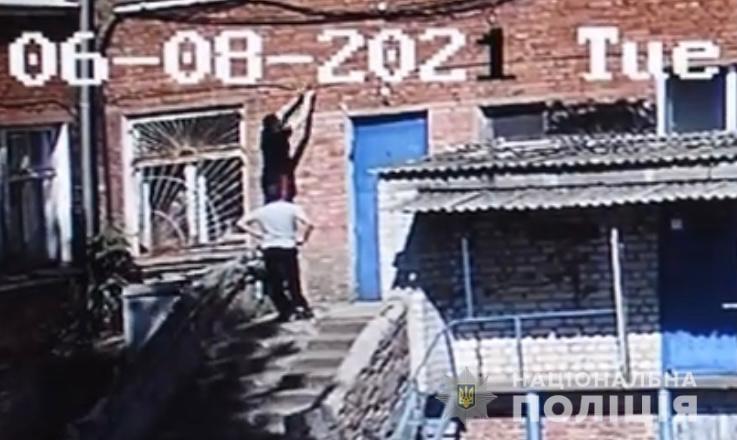 Підлітки з будівлі міської лікарні викрали мідну трубу / фото vn.npu.gov.ua