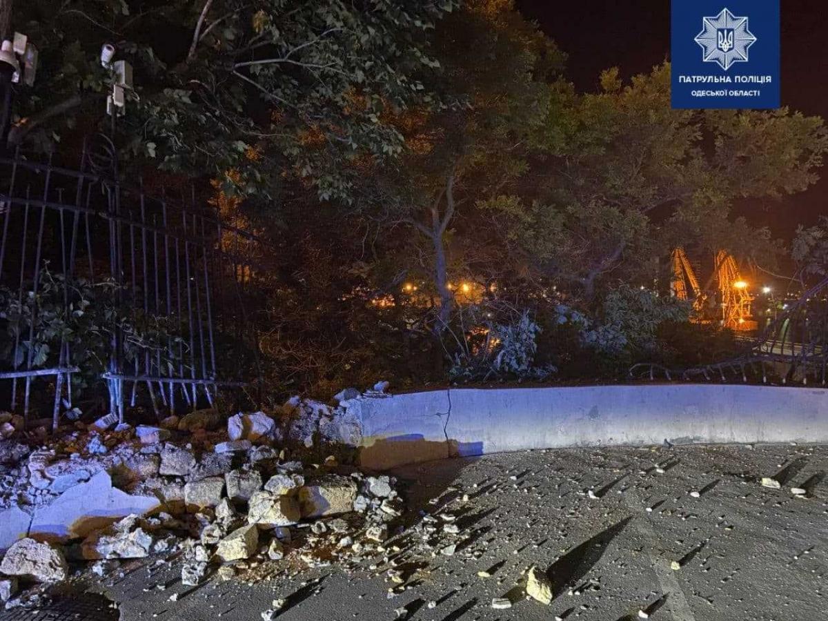 У центрі Одеси автомобіль BMW на великій швидкості врізався в огорожу / фото Управління патрульної поліції в Одеській області