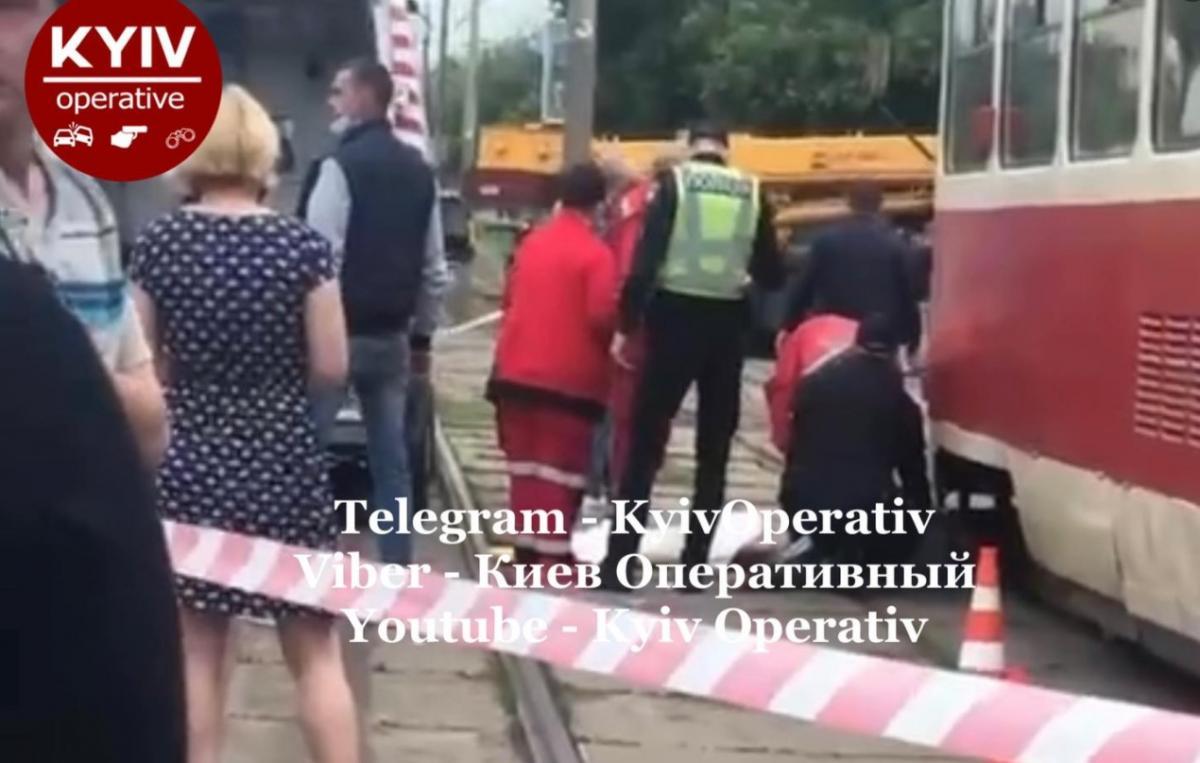 Девушка поскользнулась и упала под трамвай/ скриншот из видео