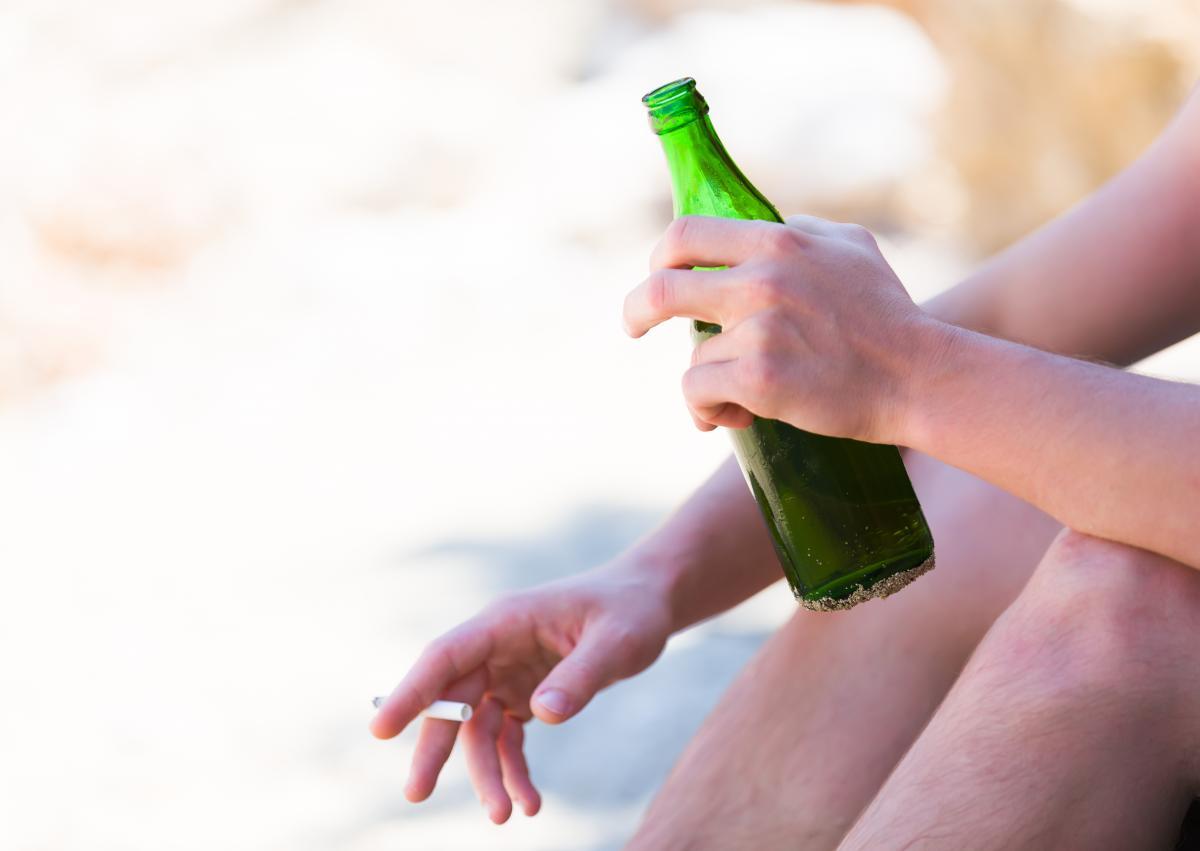Мужчина был очень пьян и не заметил, что хлебнул бензина / фото ua.depositphotos.com