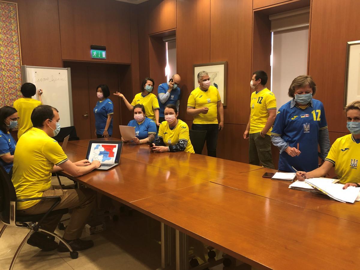 Співробітники посольства Канади в Україні долучилися до флешмобу на підтримку збірної України / @CanEmbUkraine