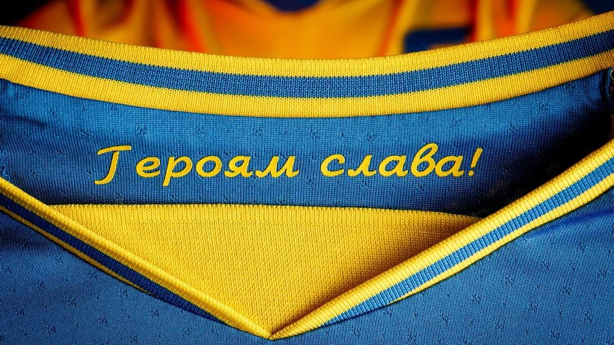 "Надпись ""Героям слава!"" на внутренней стороне футболки / фото УАФ"