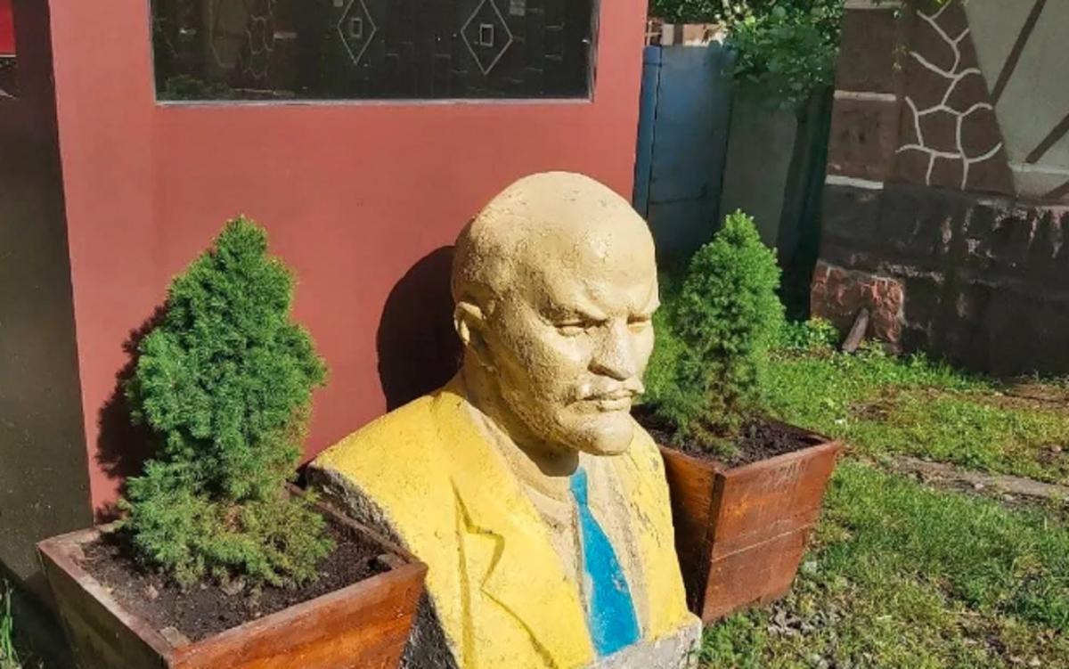 Во дворе под открытым небом среди клумб расставлены скульптуры Ленину и Жукову / obozrevatel.com