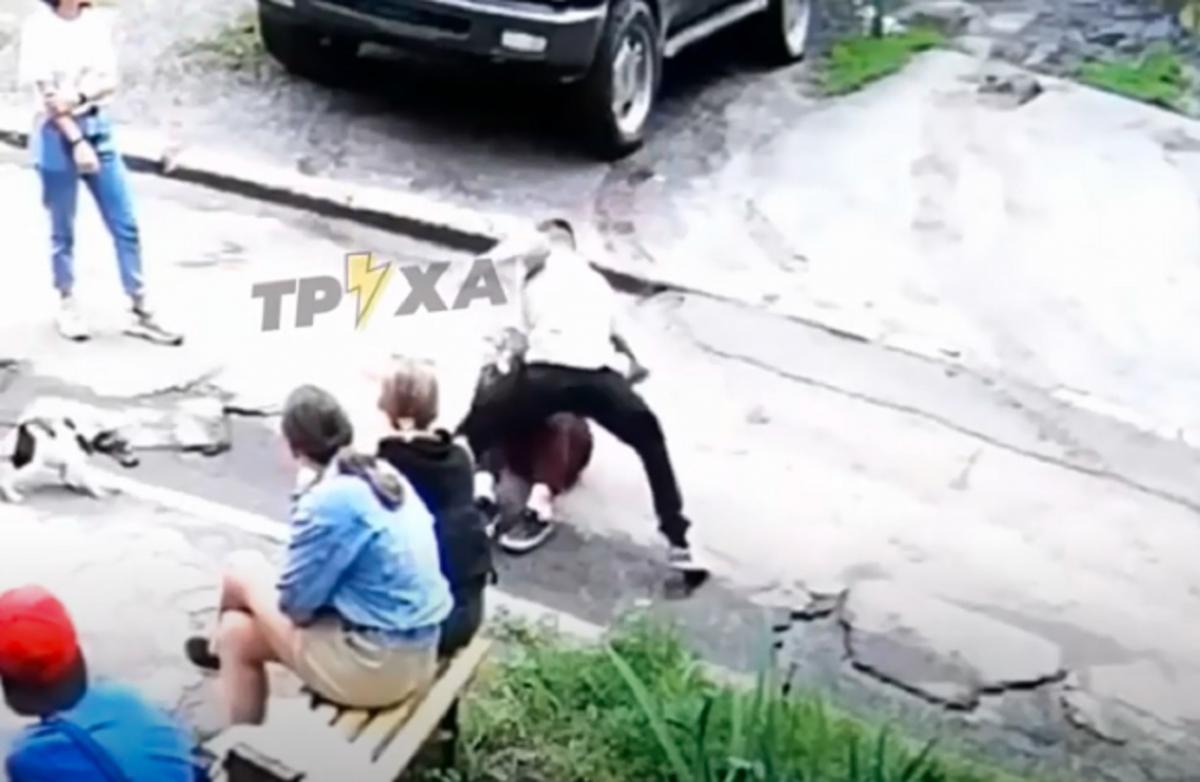 Юнак підбігає до дівчини та починає щосили лупцювати її по голові / Скріншот