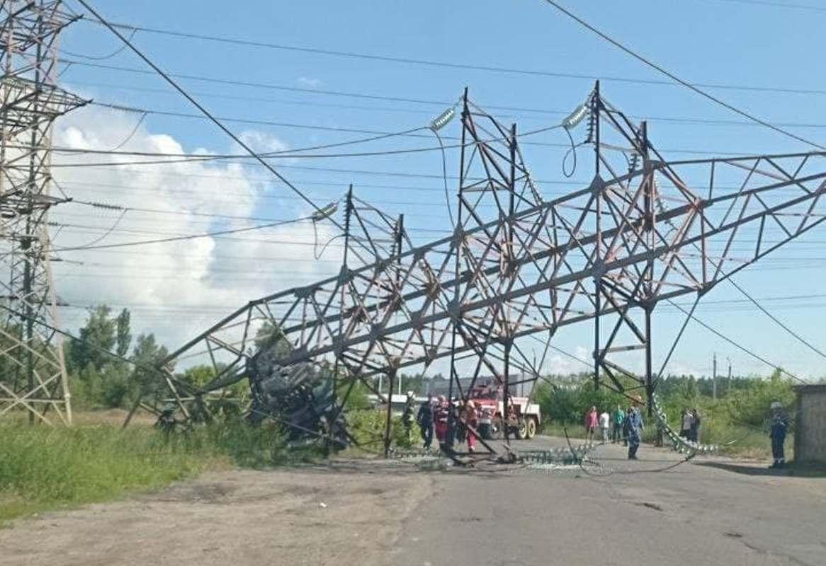 На Троещине грузовик врезался в опору / фото t.me/KyivCityOfficial
