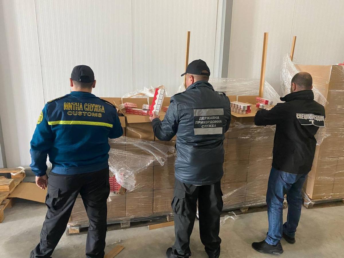 На границе среди замороженных вишен обнаружили около 400 ящиков контрабандных сигарет / фото dpsu.gov.ua