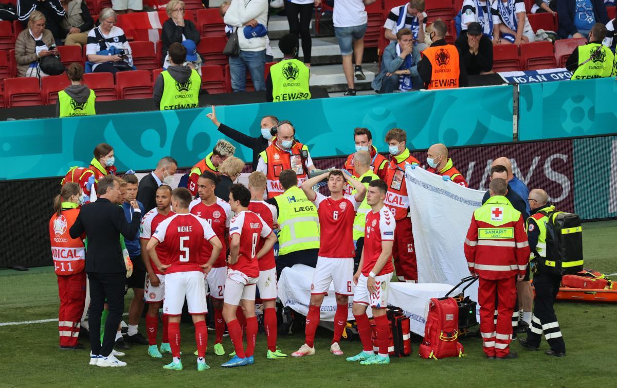Игроки сборной Дании окружили Кристиана Эриксена / фото REUTERS