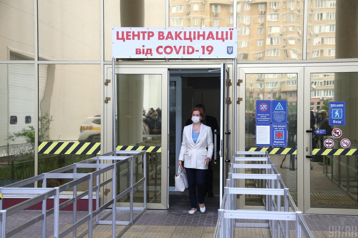 В Киеве центр вакцинации развернут в Международном выставочном центре / фото УНИАН, Виктор Ковальчук