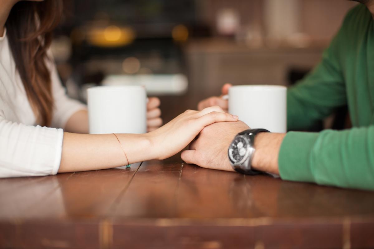 За словами психолога,«в реальності» знайомитись важче, адже люди бояться, що їм відмовлять / фото ua.depositphotos.com