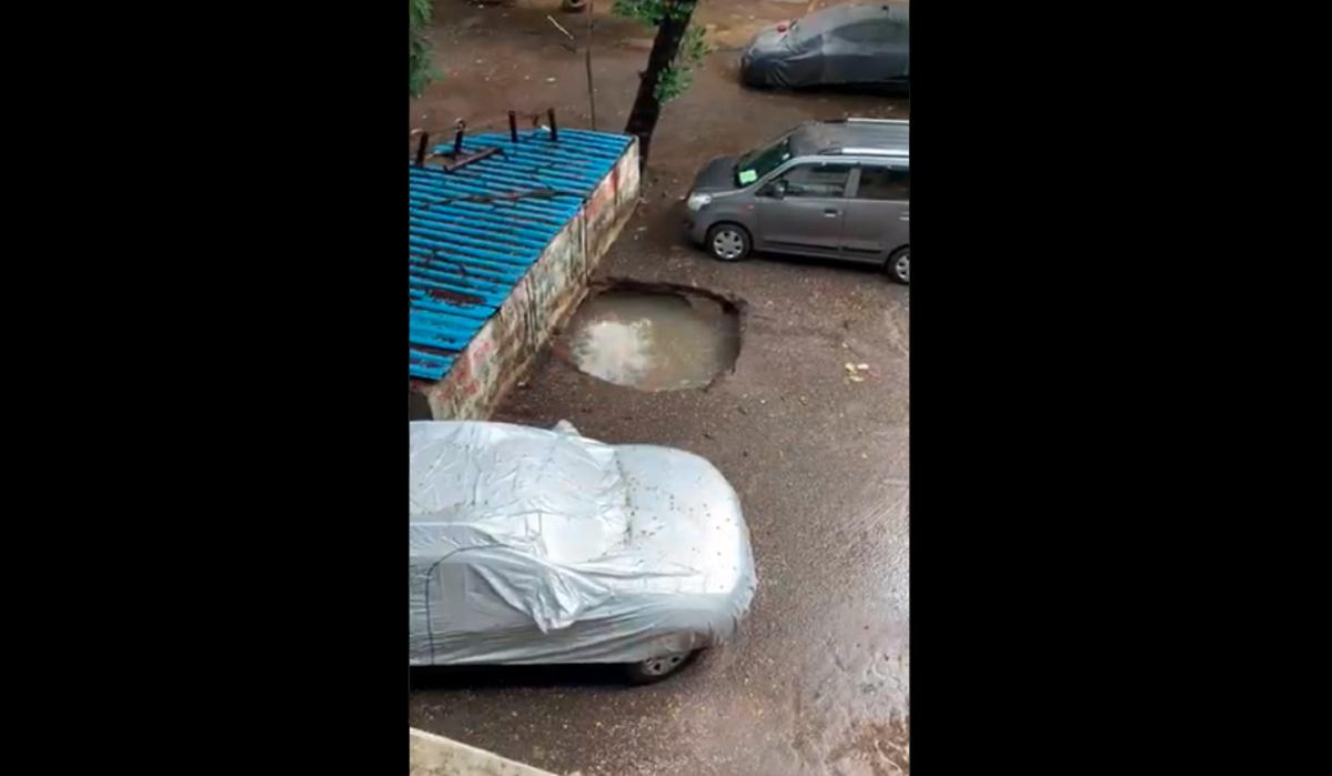 У Мумбаї машина за лічені секунди потонула під асфальтом / скріншот