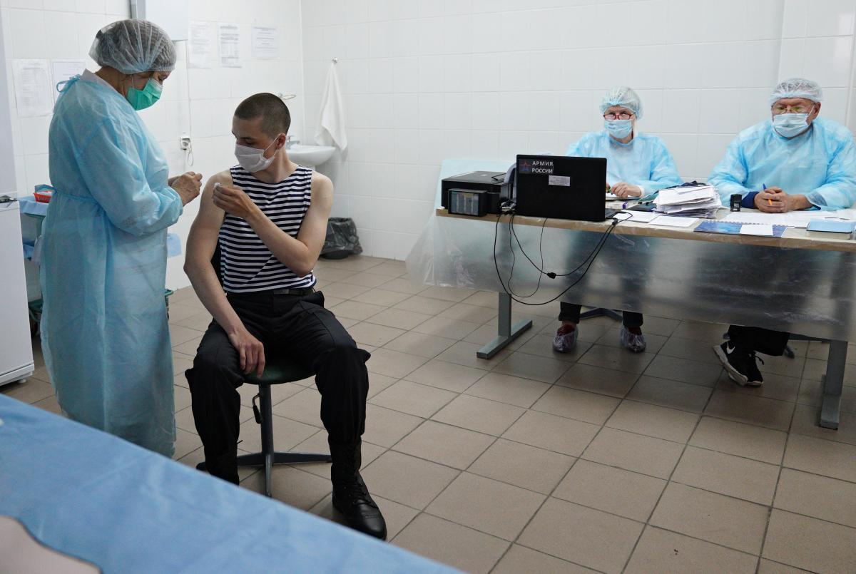В Украине по крайней мере первой дозой против COVID-19 вакцинировано 22% взрослого населения / фото REUTERS