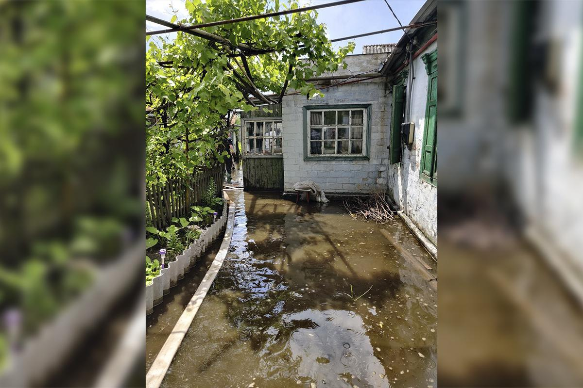 В Днепре из дворов частніх домов до сих пор откачивают воду / фото ГСЧС