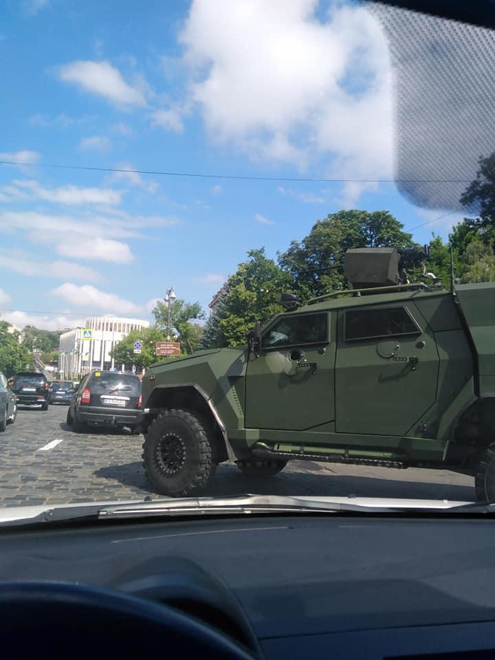 На крыше военного внедорожника размещен пулемет / фото Facebook/Дмитрий Качура