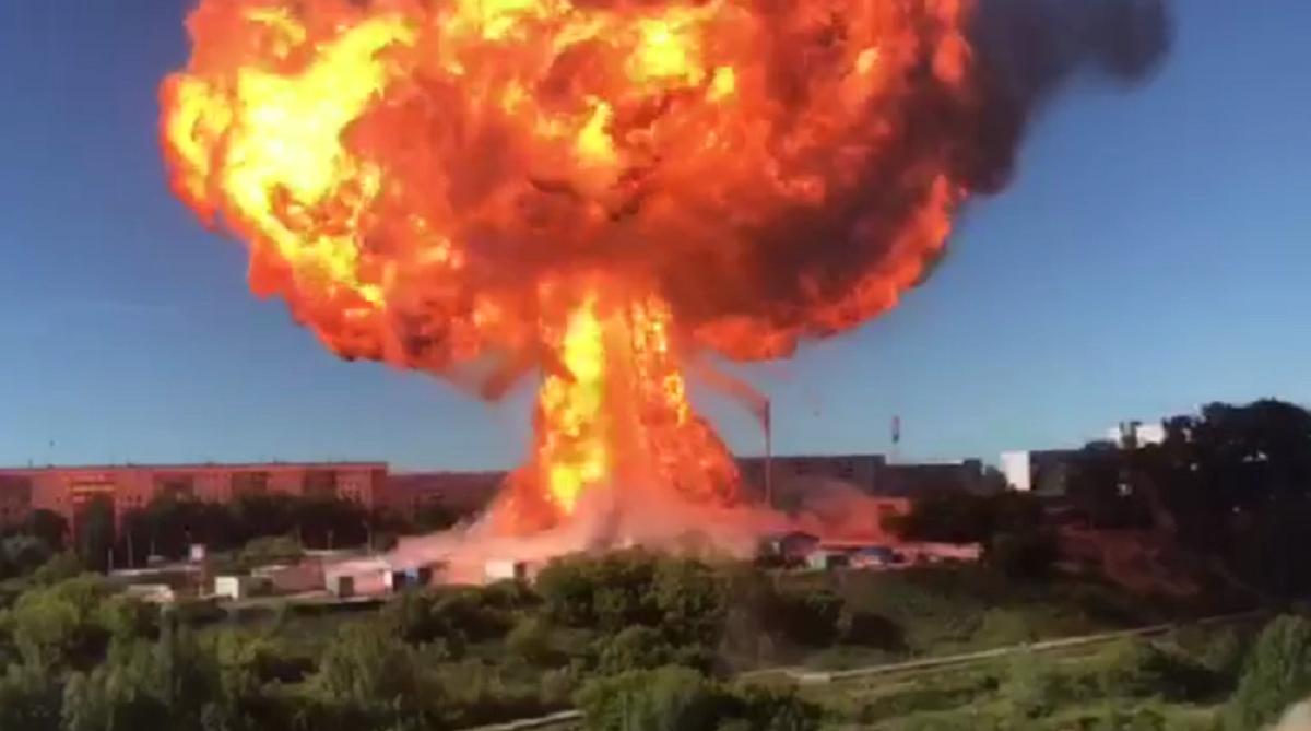 В Новосибирске случились пожар и взрывы на АЗС / скриншот