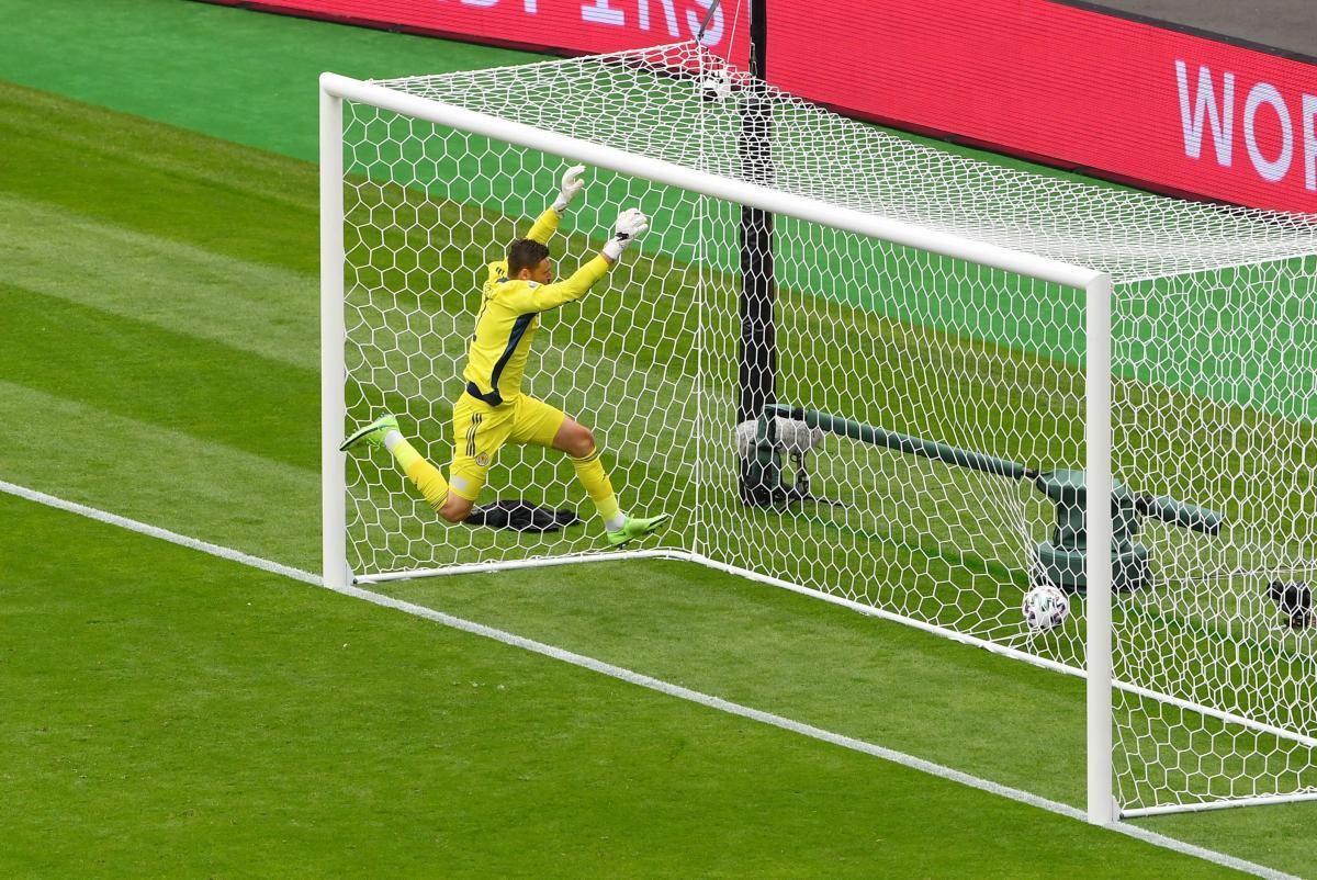 """Тот самый момент, когда вратарь хозяев потерял концентрацию и """"привез"""" гол / фото REUTERS"""