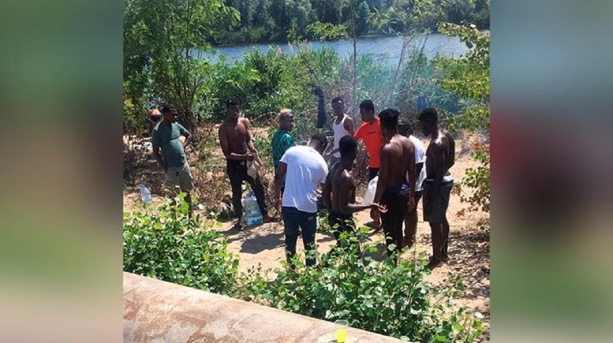 """В Днепре полиция задержала мужчин, которые резали и жгли коз на пляже / фото """"Информатор"""""""