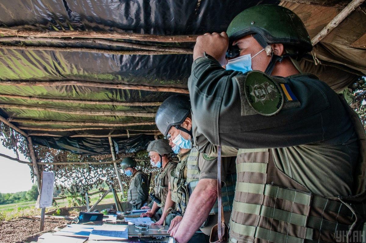 На місці події працюють посадові особи військової частини/ фото УНІАН