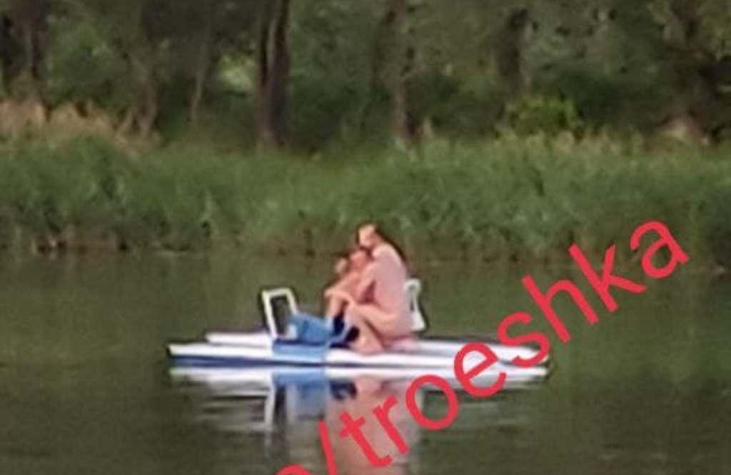 В Киеве засняли двоих голых мужчин на озере / фото t.me/troeshka