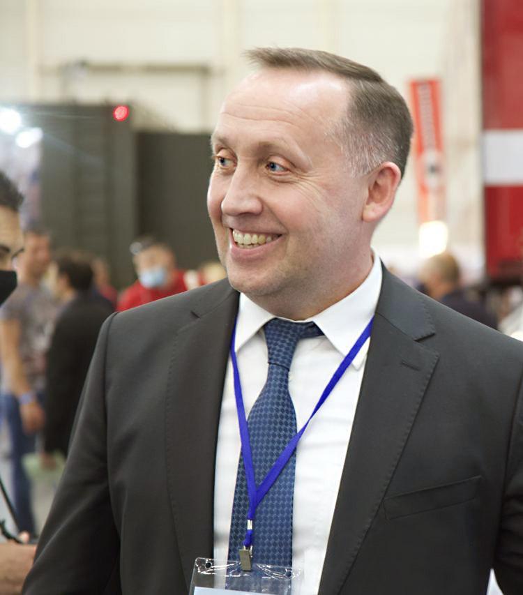 На фото заместитель Министра обороны Украины по вопросам европейской интеграции Анатолий Петренко осматривает разработки Телекарт-прибор