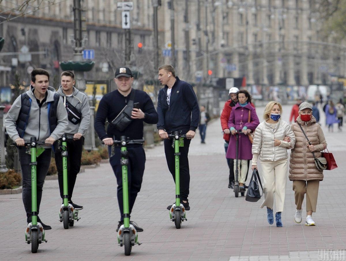 За словами юристів, електросамокат- не транспортний засіб / фото УНІАН