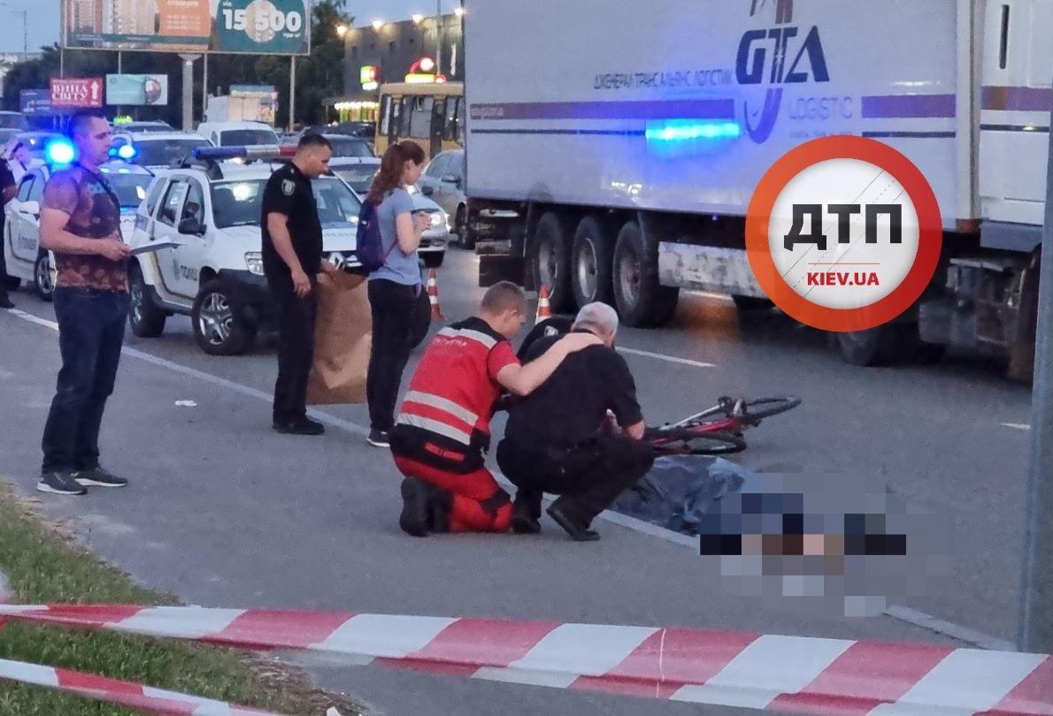Отец прощается с погибшим сыном / dtp.kiev.ua