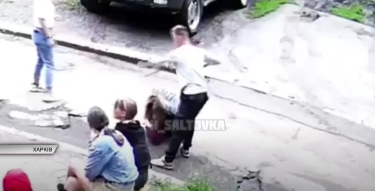 Харьковчанин жестоко избил девушку на глазах у свидетелей / скриншот
